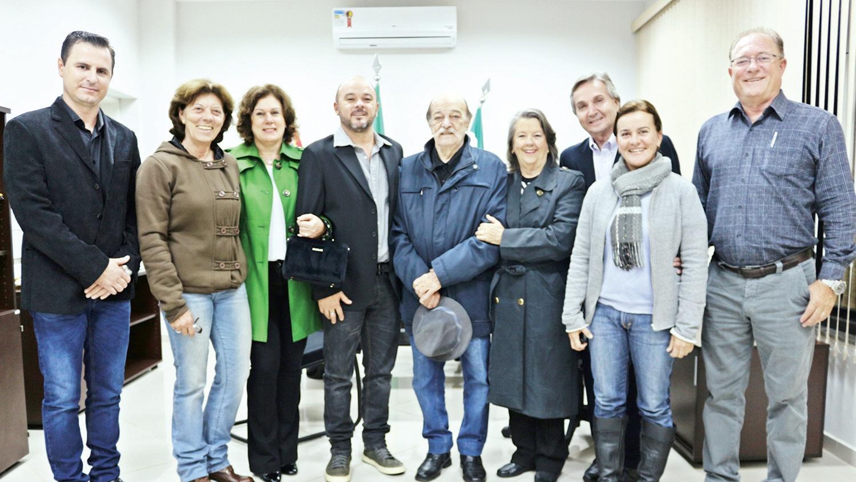Ludovico Sarcinelle família reunidos com o presidente Bruno Barnabé, vereador Flávio carvalho e diretor da Câmara Luis Antonio Piazza