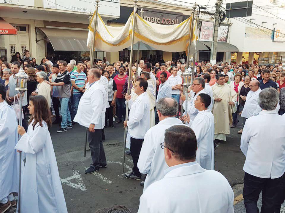 Procissão realizada pelos paroquianos da Matriz de São João Batista, com padre Adalton e padre Maurício.