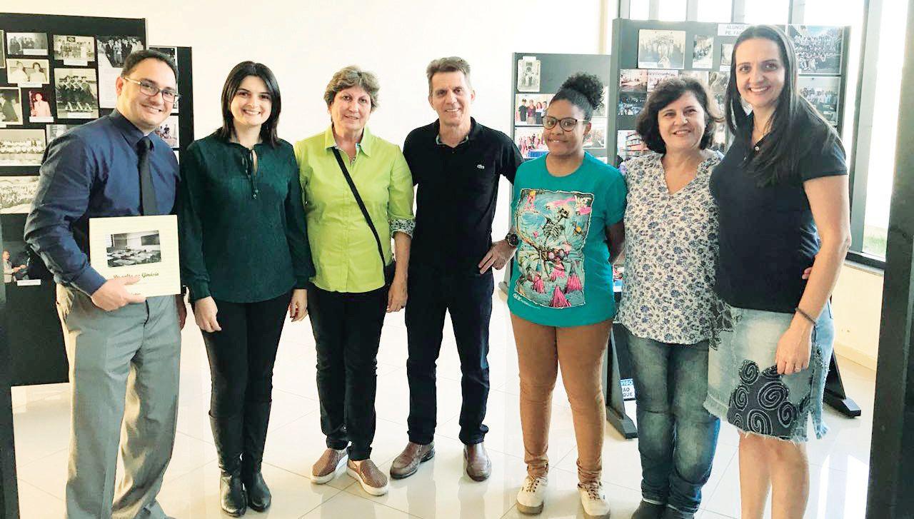Dr. Murilo, assessor jurídico da Câmara; Andréa, profª Lucy, presidente do Lions Clube de Capivari, Zata, aluna do Grêmio, Juliane, profª Maristela e profª Kesia, da Diretoria de Ensino de Capivari, durante a preparação dos painéis, coordenados por Andréa e Zata.
