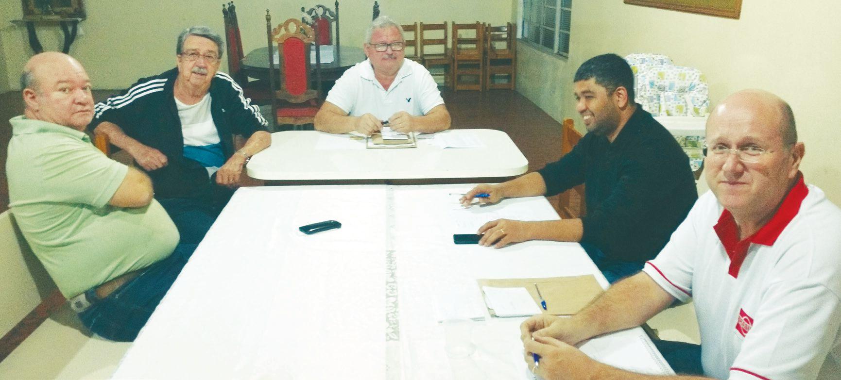 Carlinhos, Joseli, presidente Fernandes, Julio e André, aguardando para reunião da Santa Rita, na noite desta última 2ª feira.