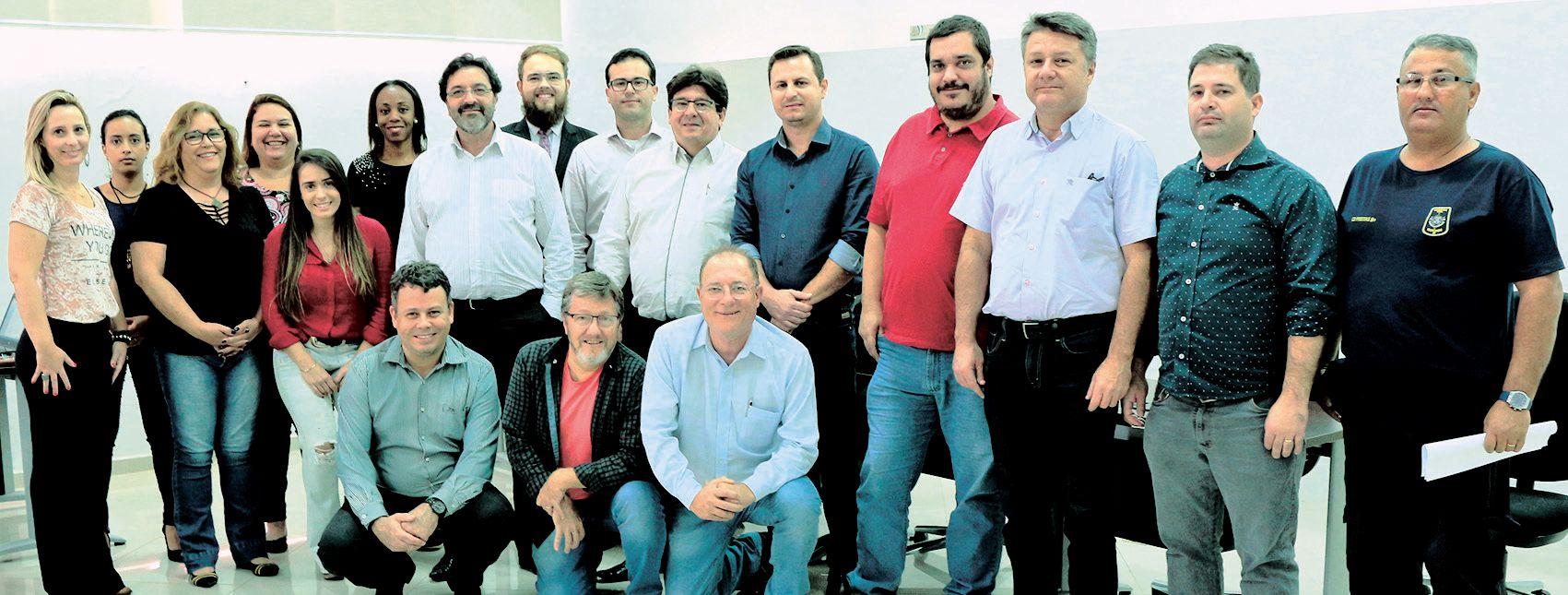 Presidente Agnaldo Tempesta (ao centro), ladeado pelo palestrante Luiz Arnoudi (à esquerda), o Vereador e Presidente da Câmara Bruno Barnabé (à direita) e equipe de conselheiros do CAPIVARIPREV.