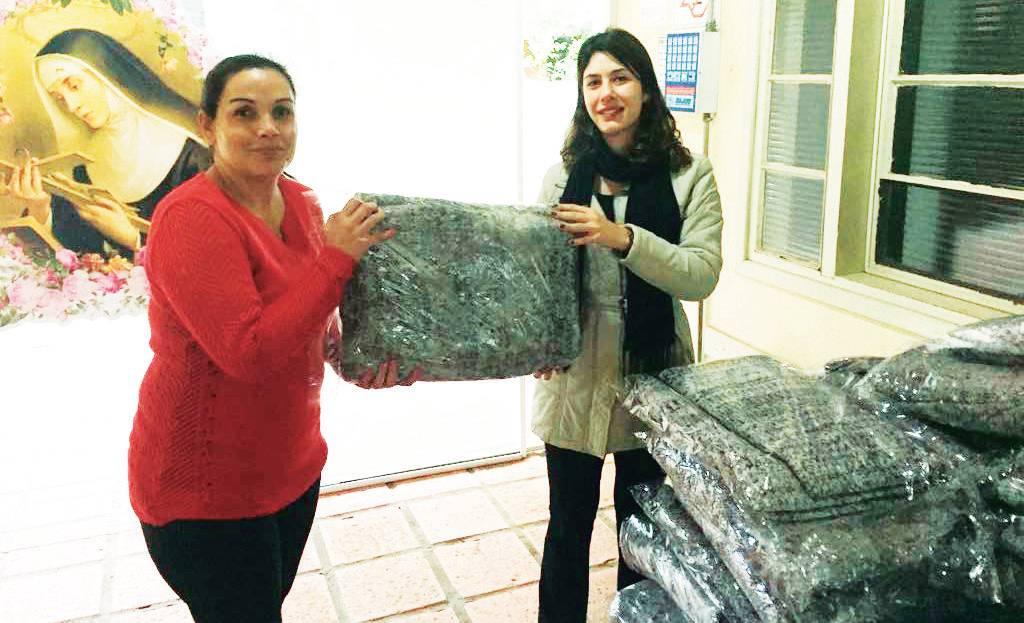Doação de 20 cobertores à Santa Rita de Cássia entegue por Silvana Bastos para a psicóloga Fabiana Marchioreto.