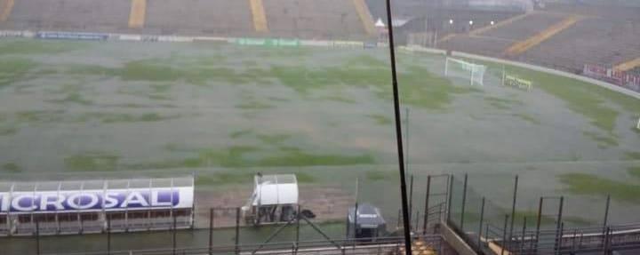 Gramado da Arena Capivari no momento da chuva forte, por volta das 19 horas do dia 03 de janeiro