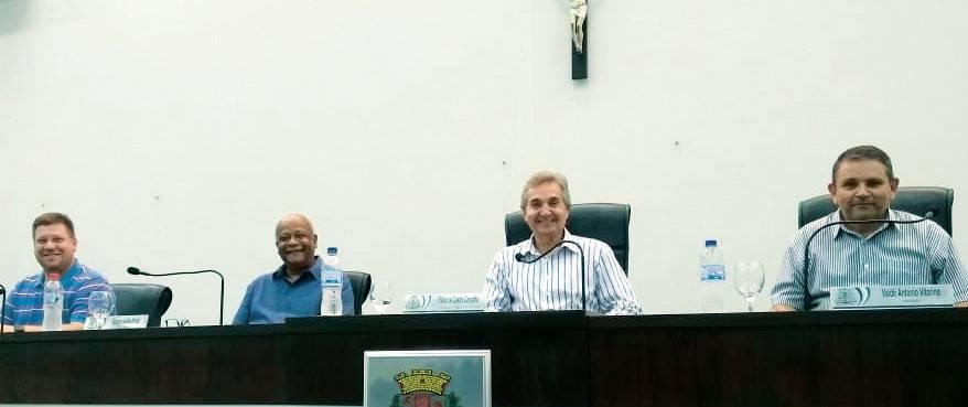 Vereador Junior Pazzianotto, 2º secretário; vereador dr Guacyro, 1º secretário; Flávio de Castro Carvalho, presidente da Câmara Municipal de Capivari e o vereador Valdir, vice presidente da Câmara.