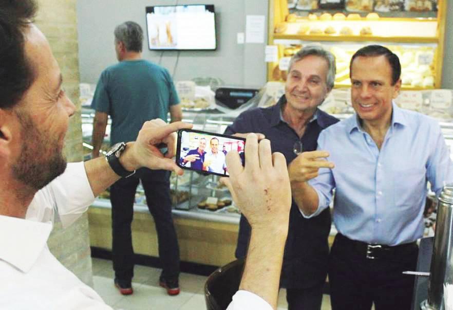 Prefeito Rodrigo faz um flash do vereador Flávio, presidente da Câmara Municipal de Capivari juntamente com o governador do Estado de São Paulo, João Doria.