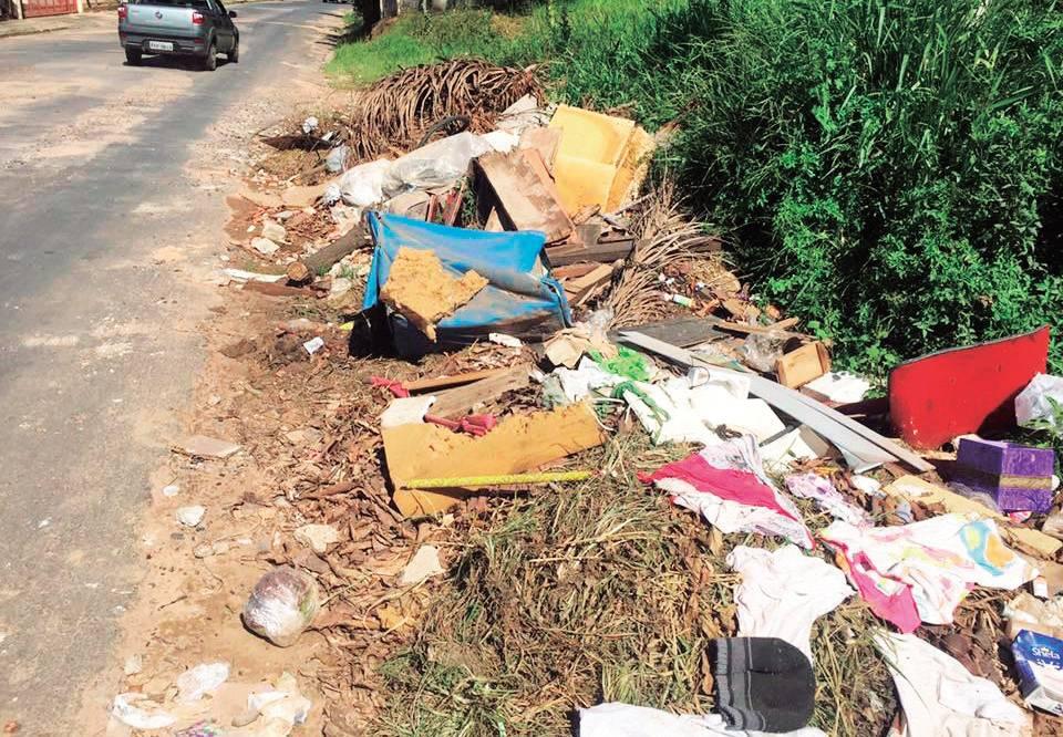 Grande quantidade de lixo de forma irregular, causando sérios transtornos para as vias públicas, bueiros e também para a saúde pública. A sociedade tem que colaborar.