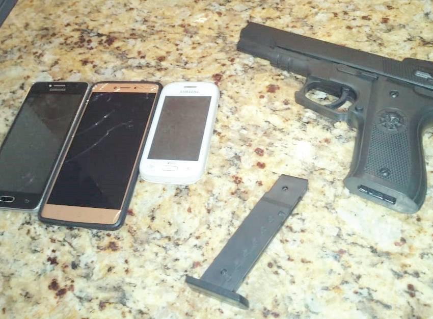Simulacro de arma de fogo utilizado por menores durante o roubo, mais três celulares e pequeno valor em dinheiro foram apreendidos