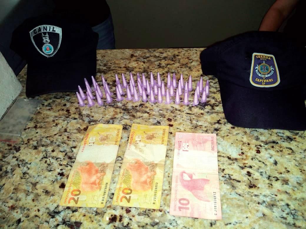 Com os homens foram recolhidos 45 pinos de cocaína, mais R$50