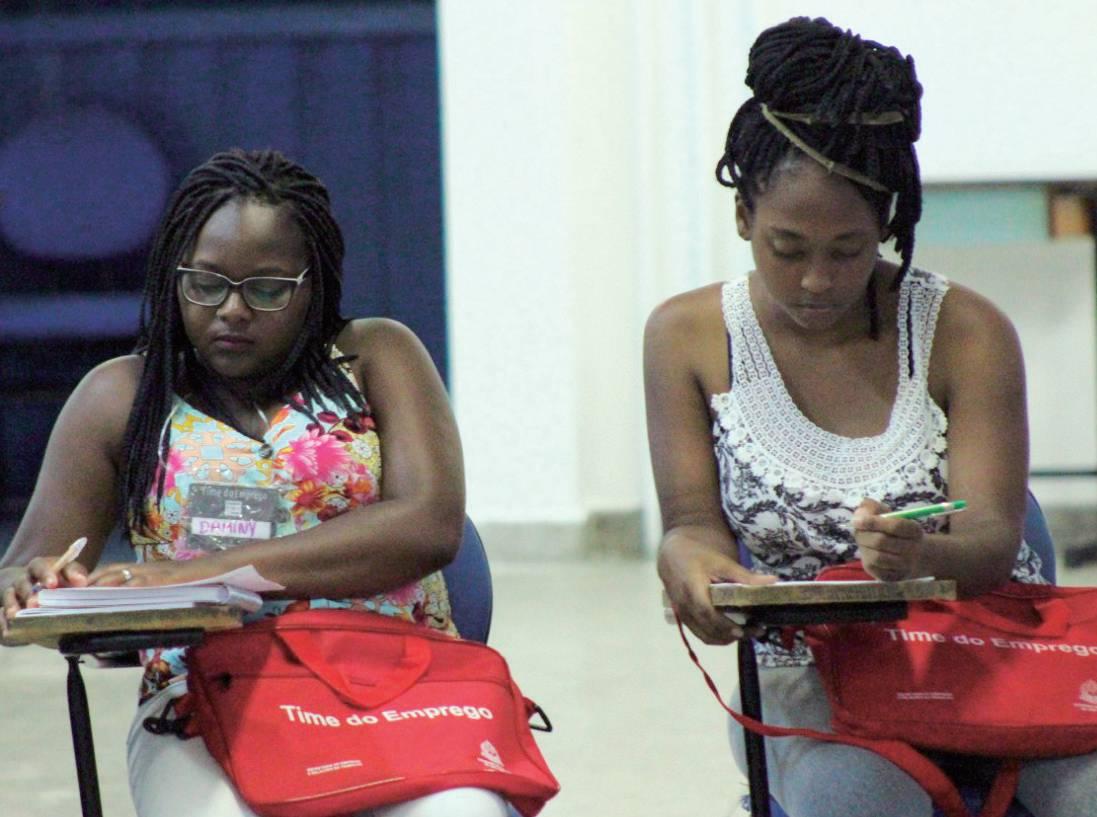 Os alunos recebem material apostilado e uma bolsa para aproveitarem o conteúdo