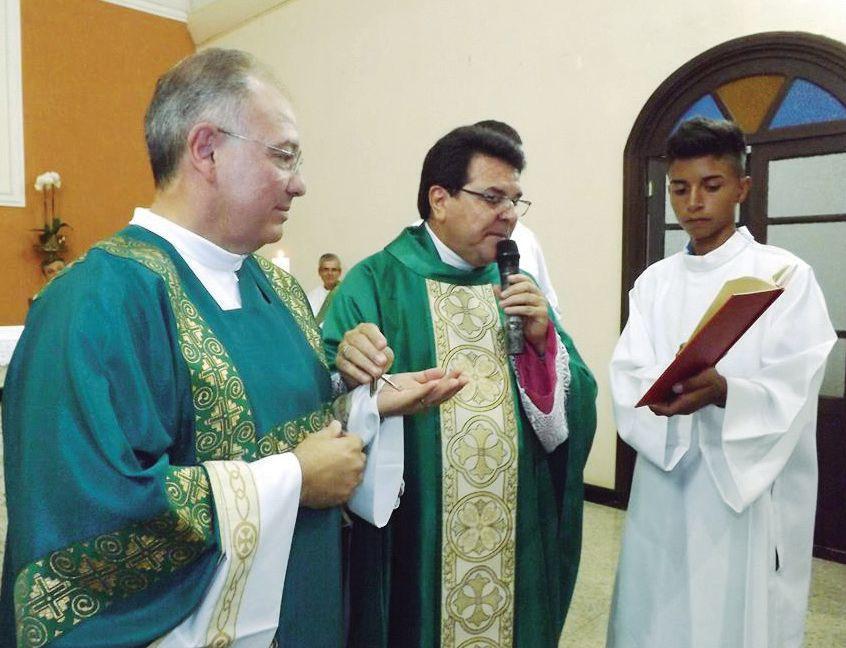 Monsenhor Ronaldo Francisco Aguarelli dá posse ao Diácono Marcos Antonio Canobre como Administrator Paroquial da Paróquia São Pedro em Mombuca