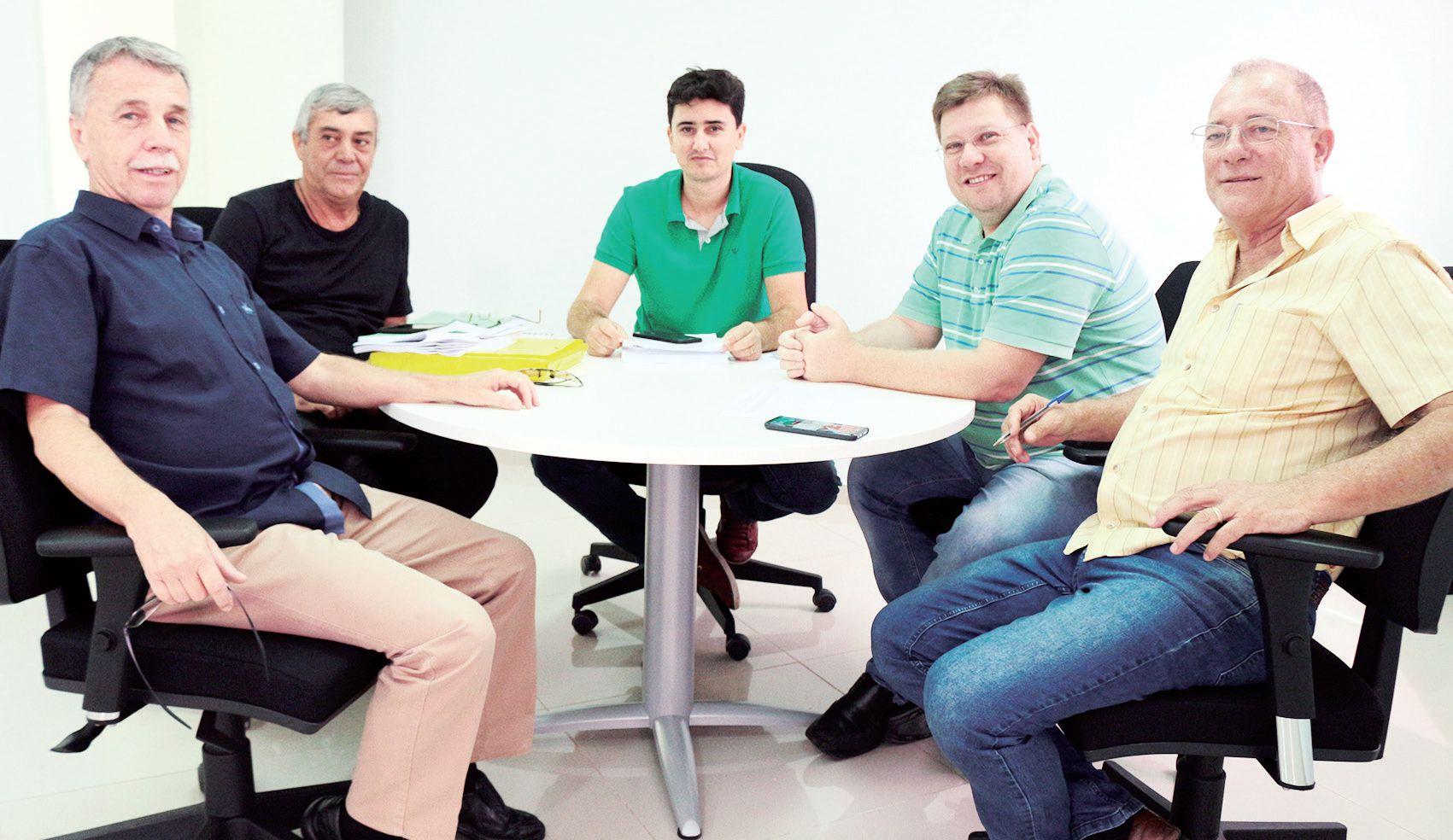 Diretor financeiro José Luiz, coordenador geral de controladoria Leonel Riberto Luiz, vereadores Mateus Scarso e Júnior Pazianotto e diretor geral Li Piazza