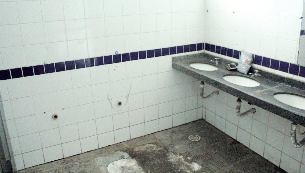 A reforma começou pela troca do piso, que foi retirado nesta terça; novos sanitários masculinos serão instalados
