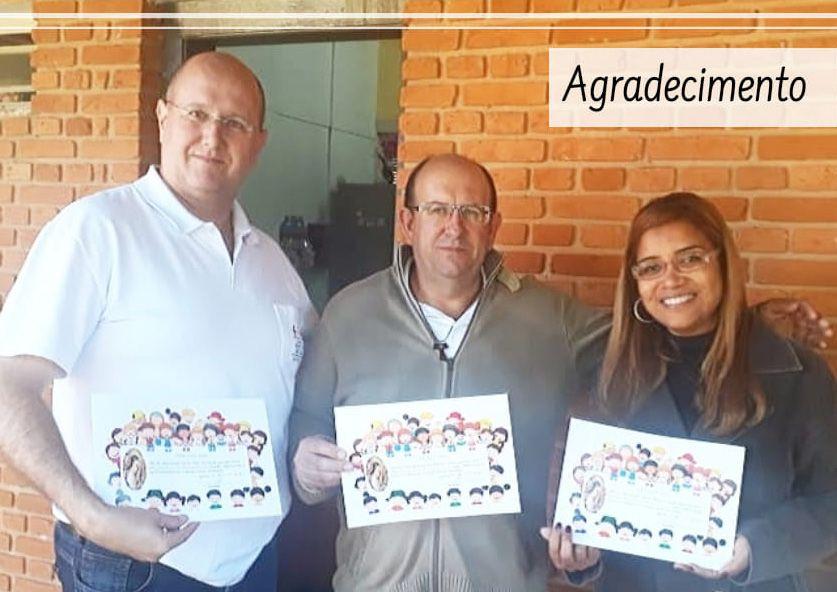 O vereador Evandro Rocha, entre o casal presidente André e Jocelaine, agradecem ajuda de Elias Fausto