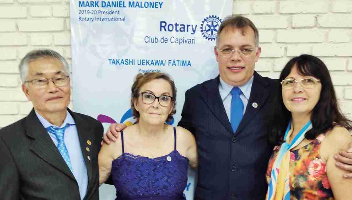Takashi Uekawa, empossado presidente do Rotary Club de Capivari e sua esposa Fátima, assumindo a Afroc, cargos recebidos de Gilson e Nereide, que recebem os aplausos e carinho pelo excelente trabalho desenvolvido à frente do Rotary e da Afroc.
