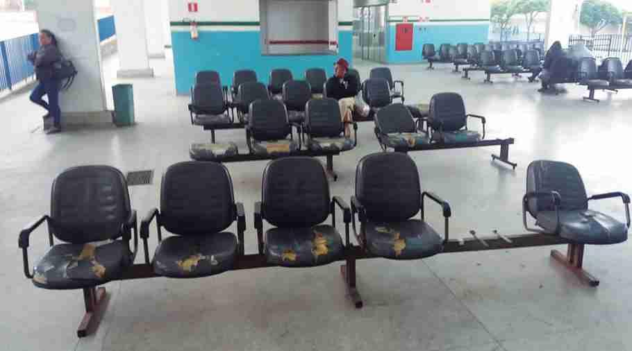 Assentos da Rodoviária Municipal parcialmente destruídos ou faltando