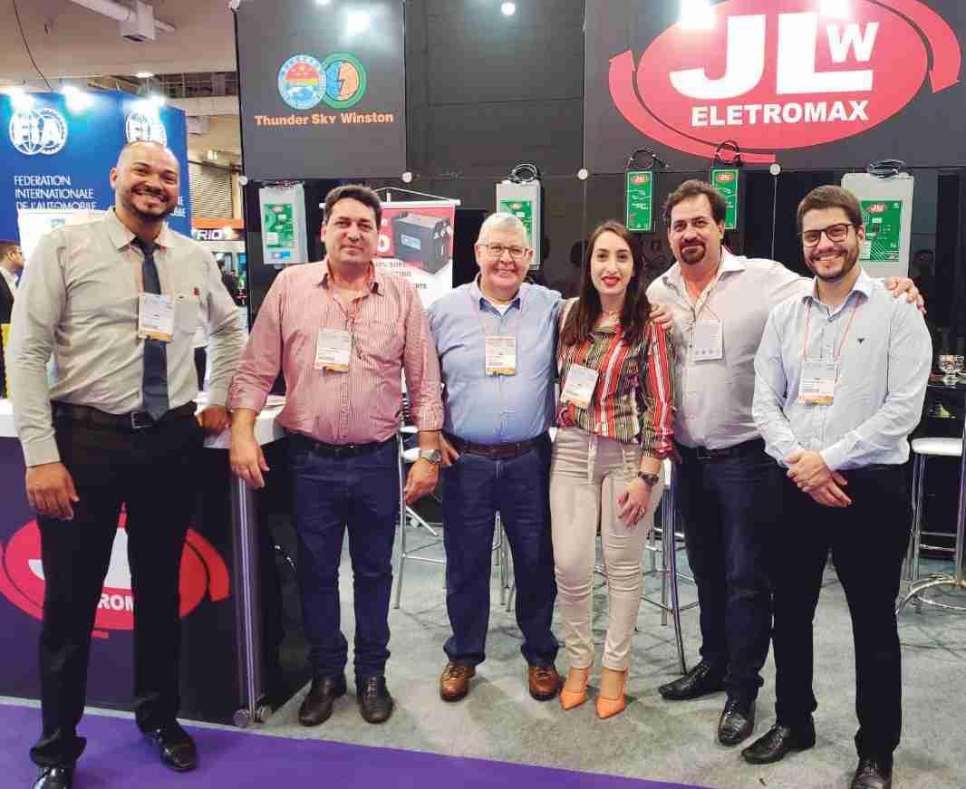 Wesley, João Waldmann, Rafael, Lisandra, Ludolf Waldmann, Júlio, em stand da JLW no 15° Salão do Veículo Elétrico Latino-americano