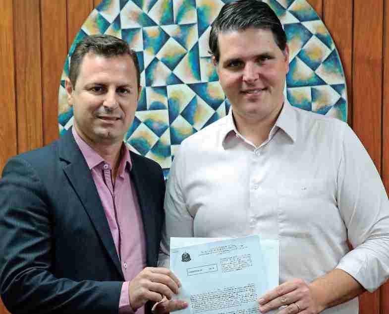 Vereador Bruno Barnabé da Silva, ex-presidente da Cãmara com o deputado estadual Cauê Macris, com a ordem de serviço devidamente assinada autorizando o recape de 11 mil m2 em nossa cidade